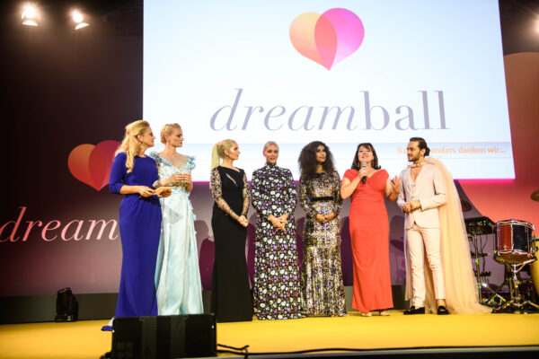 Barbara Schöneberger und Ruth Neri mit den DKMS LIFE Unterstützern Franziska Knuppe, Anna Hiltrop, Petra von  Bremen, Marie Amière und Ricardo Simonetti.  14. dreamball im WECC Westhafen Event & Convention Center in Berlin am 18.09.2019. Copyright: Daniel Hinz für DKMS LIFE
